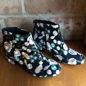 New embroidered size 10 ankle boots